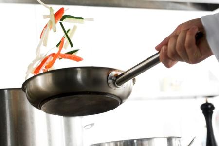 cuisine: Chef mains avec po�le � frire sur cuisine professionnelle