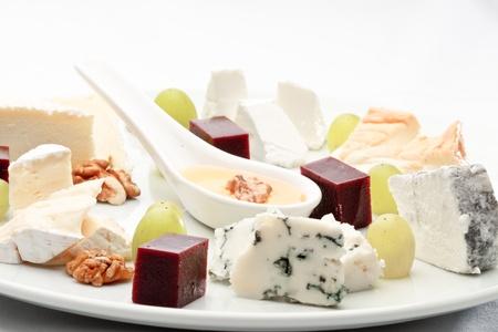�lite: Elite formaggio francese assortiti, decorato con frutta su un piatto Archivio Fotografico