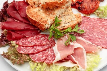 salame: Salsiccia italiana assortito con pane tostato e lattuce Archivio Fotografico