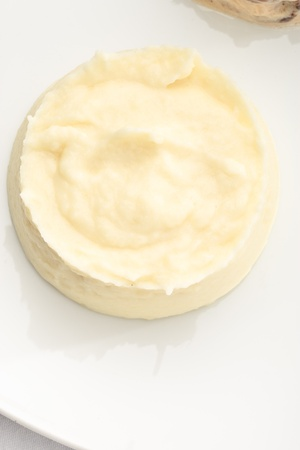 으깬: 하얀 접시에 으깬 감자