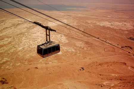 마사다, 유대 사막, 이스라엘 케이블입니다. 사해는 배경에 있습니다. 스톡 콘텐츠
