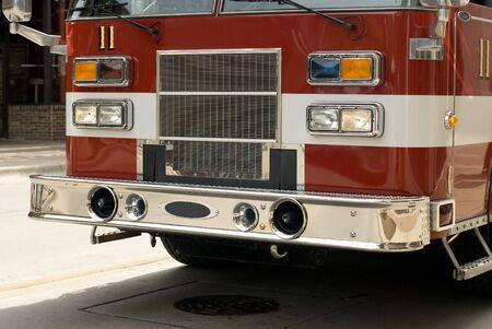 camion pompier: Un véhicule d'urgence en dehors de rouge.