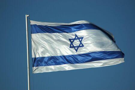 밝은 푸른 하늘을 날아 이스라엘 국기.