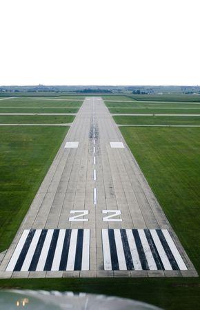 시골 공항의 활주로를 내려다 보면서.