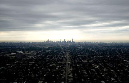 어두운 도시와 흐린 하늘의 스카이 라인 스톡 콘텐츠