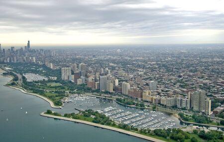 흐린 날에 시카고의 공중 스카이 라인 샷 스톡 콘텐츠