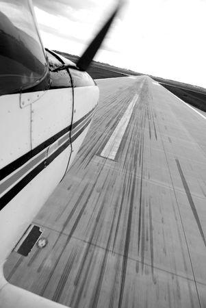 활주로에 착륙하는 비행기의 아름 다운 흑백 샷