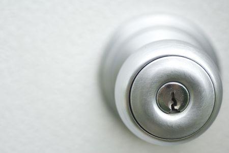 키 입력이있는 금속 도어 핸들