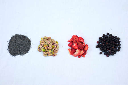 freeze dried: Cuatro ingredientes principales siendo preparado para hornear galletas incre�bles. Foto de archivo