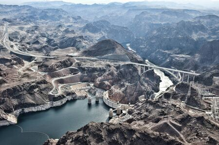 A view of the Hoover Dam from a helicopter. 免版税图像