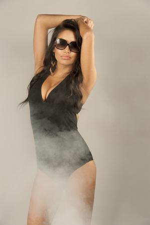 Badpak Model.Een Mooi Jong Zwempakmodel Dat Een Zwart Badpak En Zonnebril Draagt