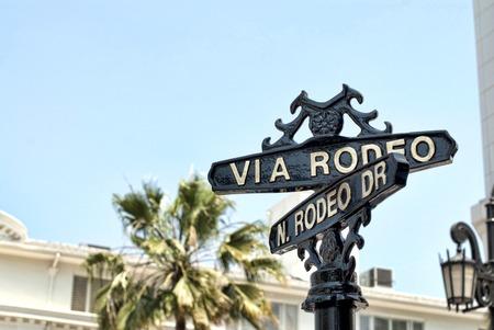 rodeo americano: Una señal de Rodeo Drive en Beverly Hills en un día soleado.