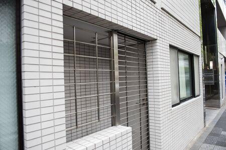 Una puerta de acero de una casa se ve en la imagen. Ventana de vidrio de la casa también se ve en la imagen.
