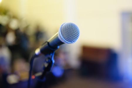 microfono de radio: micr�fono en el escenario Foto de archivo