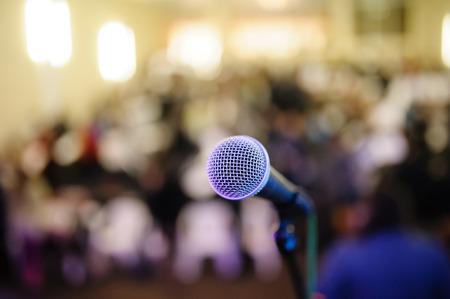 the speaker: micr�fono contra el fondo del centro de convenciones