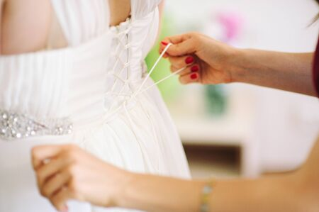 vistiendose: novia vestirse en su mejor d�a