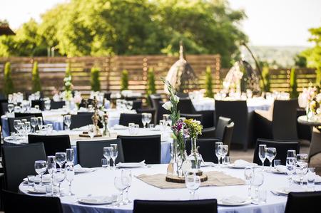 recepcion: Banquete de boda ajuste de la tabla de la recepción por la noche Foto de archivo