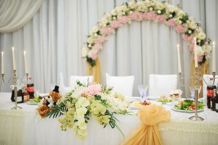 在等待宾客的晚上招待会的宴会婚礼桌设置