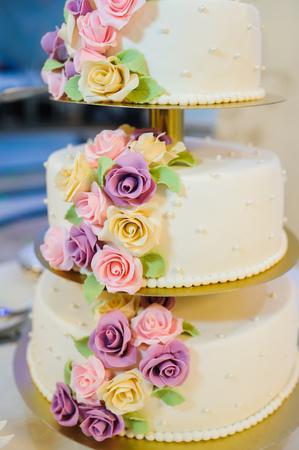 Hochzeitstorte Mit Rosen Dekoriert Lizenzfreie Fotos Bilder Und