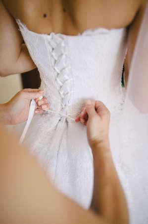 vistiendose: novia vestirse en su mejor día