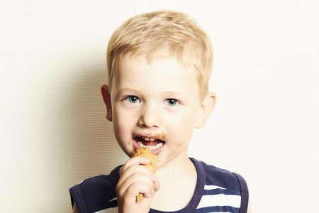 アイスクリームを食べて笑顔の子かわいい子供男の子
