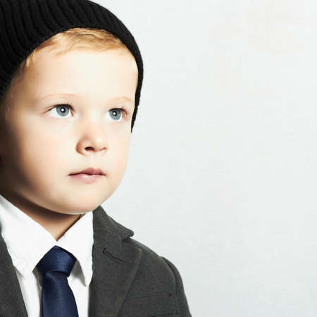 modieuze kleine jongen in suit.style kind. mode kinderen