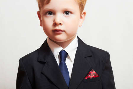 trendy kleine jongen in de suite. zakelijke kind. mode kinderen. blauwe stropdas. manager