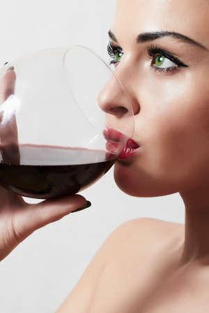 Schöne blonde Frau trinkt roten wine.make-up.red lips.wineglass Standard-Bild - 36811138