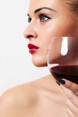 jovenes tomando alcohol: Hermosa mujer rubia con vino tinto Foto de archivo