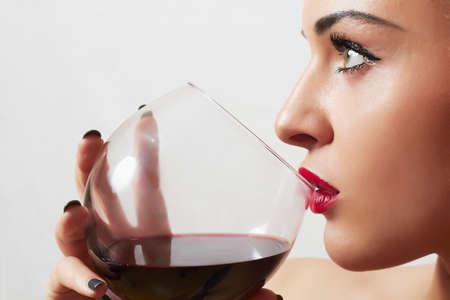 Schöne blonde Frau trinken Rotwein Standard-Bild - 38205455