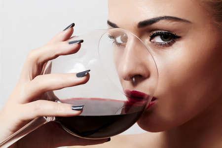 vino: Hermosa mujer rubia beber vino tinto