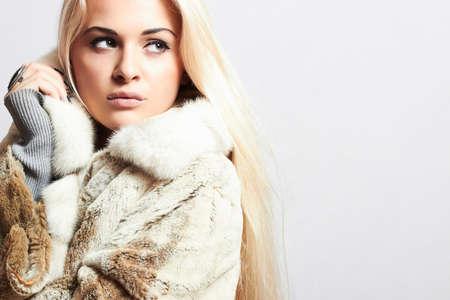 Beauty blond Model Girl in Mink Fur Coat Standard-Bild