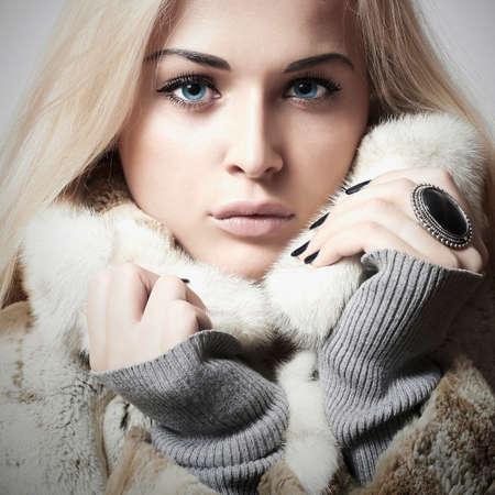 Beauty Fashion blond Model Girl in Mink Fur Coat. Beautiful Woman in Luxury Fur Jacket . Winter Fashion Foto de archivo