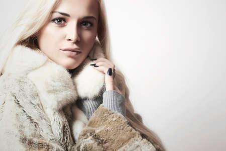 뷰티 패션 밍크 모피 코트에 모델 소녀 금발. 고급 모피 재킷에 아름 다운 여자 스톡 콘텐츠
