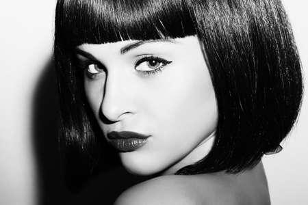 美しいブルネットの少女の白黒の肖像画。健康な黒い髪。ボブ ・ Haircut.beauty の女性。黒と白の芸術