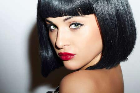 아름다운 갈색 Woman.Healthy 블랙 Hair.Retro 이발 젊은 아가씨
