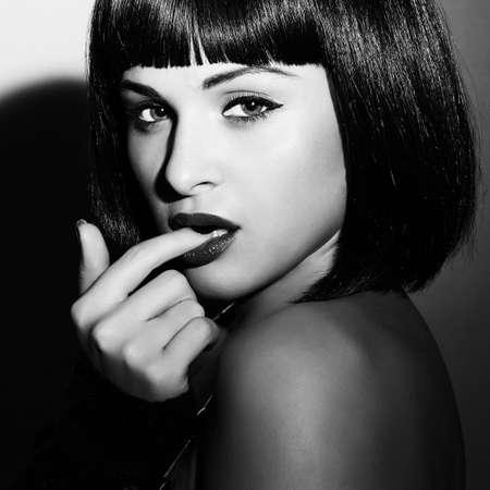 美しいブルネットの少女の白黒の肖像画。健康な黒い髪。ボブ ・ Haircut.beauty セクシーな woman.flirt.black と白の芸術 写真素材