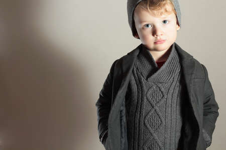 Modieuze Little Boy in Hat.Winter kind