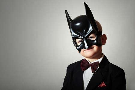 Jongen in Masker. Grappig kind in zwart kostuum