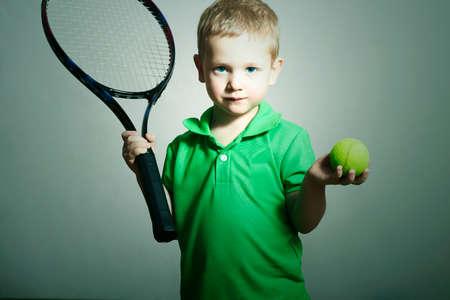 小さな男の子テニス。スポーツ子供。テニス ラケットとボールの子 写真素材
