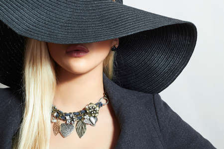 Beautiful Blond Woman in Black Hat. Close-up Portrait. Elegance Beauty Girl. Accessories Banco de Imagens