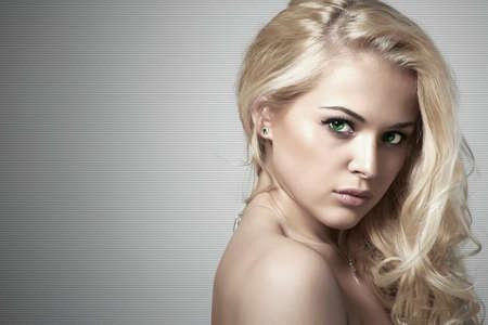 rubia: Moda retrato de la hermosa joven woman.Sexy rubio. Fondo gris