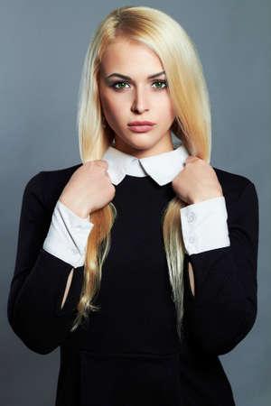 Jeune blonde sexy woman.Beautiful Girl in écolière noire dress.strong cheveux sains Banque d'images - 48479254