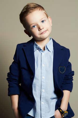 modieuze weinig boy.stylish kind in pak. mode children.business kinderen Stockfoto