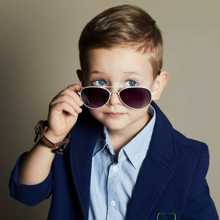 modieuze kleine jongen in sunglasses.stylish jongen in pak. fashion children.business jongen Stockfoto