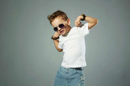 grappige child.fashionable kleine jongen in sunglasses.emotion Stockfoto