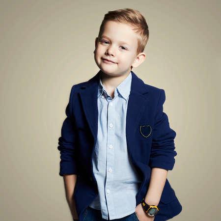 Modieuze weinig boy.stylish kind in pak. mode children.business kinderen Stockfoto - 49030416