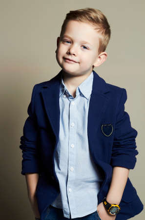 modieuze weinig boy.stylish kind in pak. mode children.business kinderen Stockfoto