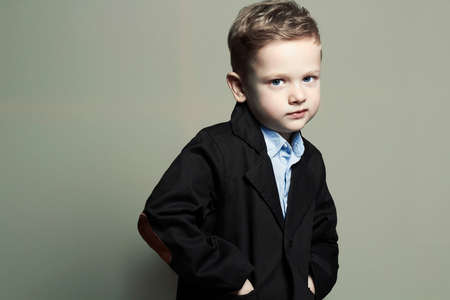 Modisch wenig boy.stylish Kind in der Klage. Mode Kinder Standard-Bild - 49030115