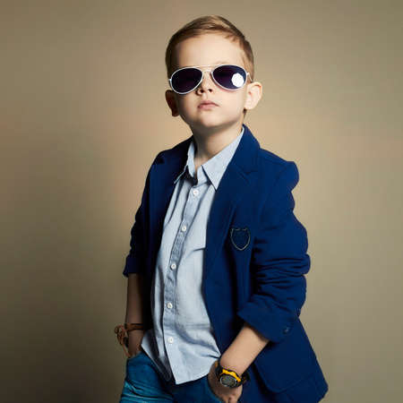 modische kleine Junge in sunglasses.stylish Kind in der Klage. Mode children.business Jungen Standard-Bild